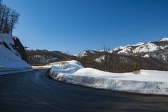 Estrada asfaltada através da passagem de montanha imagens de stock