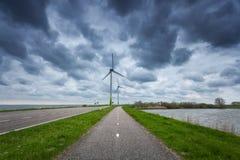 Estrada asfaltada bonita com turbinas eólicas Fotografia de Stock Royalty Free