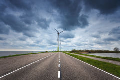 Estrada asfaltada bonita com turbinas eólicas Imagem de Stock Royalty Free