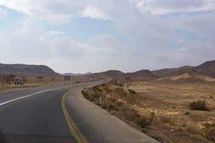 A estrada asfaltada cênico no deserto Fotografia de Stock