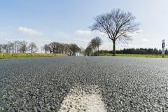Estrada asfaltada com linha branca e o céu azul Foto de Stock Royalty Free