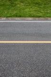 Estrada asfaltada com linhas da marcação Sagacidade da textura do fundo do close-up fotografia de stock royalty free