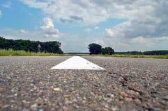 Estrada asfaltada com listras brancas Fotos de Stock