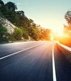 Estrada asfaltada com tonificação do instagram Paisagem com estrada da montanha Fotografia de Stock