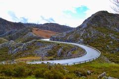 Estrada asfaltada curvada no meio de uma montanha rochosa S-s perigosos imagens de stock royalty free