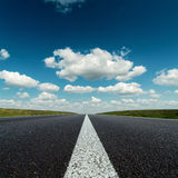 Estrada asfaltada e céu azul profundo imagem de stock royalty free
