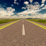 Estrada asfaltada e céu clous fotografia de stock royalty free