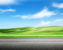 Estrada asfaltada e campo perfeito Imagem de Stock