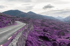 Estrada asfaltada e montes no connemara em ireland foto de stock royalty free