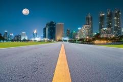 Estrada asfaltada e uma cidade Fotografia de Stock Royalty Free
