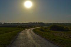 Estrada asfaltada em um campo na noite Fotos de Stock Royalty Free