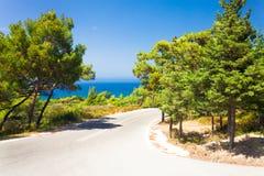A estrada asfaltada entre as montanhas Foto de Stock Royalty Free