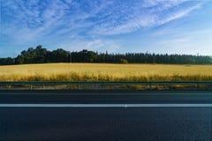 Estrada asfaltada estrada Estrada vazia, nuvens perfeitas e céu Imagens de Stock