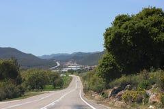 Estrada asfaltada estreita da montanha Céu azul do verão fotos de stock royalty free
