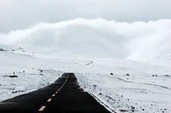 A estrada asfaltada na neve Imagem de Stock Royalty Free