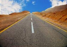 Estrada asfaltada no deserto Fotos de Stock Royalty Free