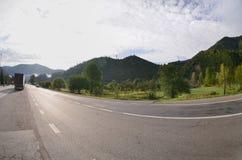 Estrada asfaltada no terreno montanhoso na manhã fotos de stock
