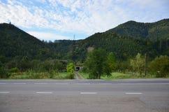Estrada asfaltada no terreno montanhoso na manhã fotografia de stock