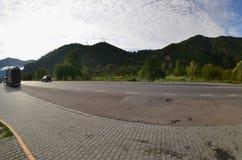 Estrada asfaltada no terreno montanhoso na manhã imagens de stock