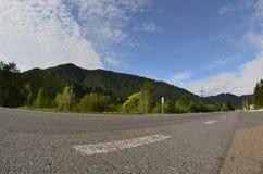 Estrada asfaltada no terreno montanhoso na manhã imagem de stock