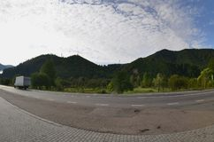 Estrada asfaltada no terreno montanhoso na manhã foto de stock