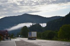 Estrada asfaltada no terreno montanhoso na manhã imagem de stock royalty free
