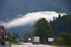 Estrada asfaltada no terreno montanhoso na manhã fotos de stock royalty free