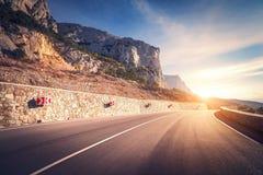 Estrada asfaltada Paisagem colorida com a montanha bonita do enrolamento Fotos de Stock