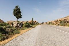 Estrada asfaltada vazia da montanha na ilha de Naxos, Grécia Tiro largo da lente do ângulo Imagem de Stock Royalty Free