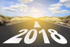 Estrada asfaltada vazia e conceito dos objetivos do ano novo 2018 - Imagens de Stock