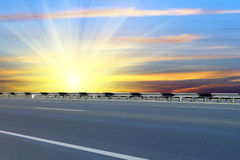 Estrada; asfaltado; nascer do sol Imagens de Stock Royalty Free