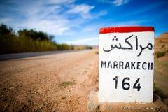 A estrada assina dentro as montanhas do atlas, Marrocos Imagem de Stock Royalty Free
