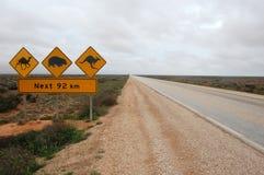 A estrada assina dentro Austrália foto de stock