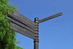 A estrada assina dentro o centro da cidade de Walsall em um dia bonito Imagem de Stock