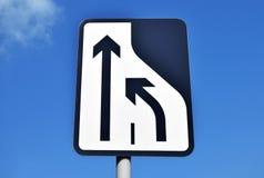 A estrada assina dentro o centro da cidade de Walsall no céu azul Imagem de Stock Royalty Free