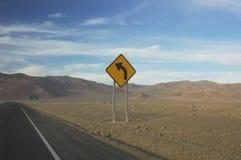 A estrada assina dentro o Chile foto de stock