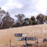 A estrada assina dentro o interior australiano imagens de stock royalty free