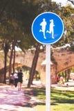 A estrada assina dentro o parque que indica a escada rolante com as silhuetas dos homens e das mulheres Fotos de Stock Royalty Free