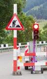 A estrada assina dentro uma rua sob a reconstrução Imagens de Stock