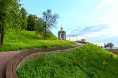 Estrada até a torre de sino no verão Imagem de Stock