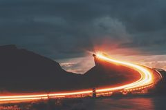Estrada atlântica na ponte de Storseisundet da noite de Noruega imagens de stock