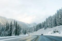 Estrada através da neve no inverno, Washington Fotografia de Stock Royalty Free