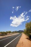 Estrada através da paisagem não-urbana Imagens de Stock
