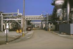 Estrada através da refinaria de petróleo. Imagens de Stock