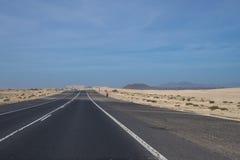 A estrada através das dunas de areia Fotografia de Stock Royalty Free