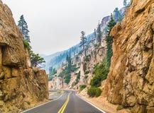 Estrada através das montanhas Fotografia de Stock Royalty Free