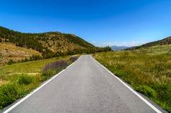 Estrada através das montanhas Imagem de Stock Royalty Free