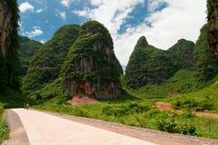 Estrada através das montanhas da pedra calcária do cársico em Ásia Fotografia de Stock Royalty Free