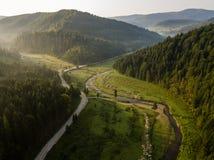 Estrada através das montanhas e floresta capturada de cima de fotos de stock