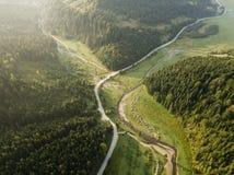 Estrada através das montanhas e floresta capturada de cima de fotografia de stock